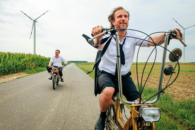 多年未交談的兄弟,騎上電動自行車實現橫跨德國的兒時夢想。結構雖老套,但搞笑與溫馨的拿捏頗有技巧。(可樂提供)
