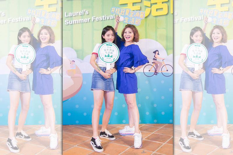 王彩樺和女兒聯手站台,以夏日裝扮推銷產品。(桂冠提供)