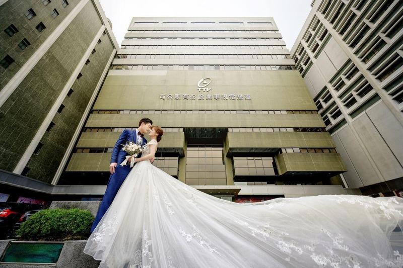台視新聞台主播陳家頤和採訪中心副主任王李中彥在台視取景拍婚紗照。(台視提供)