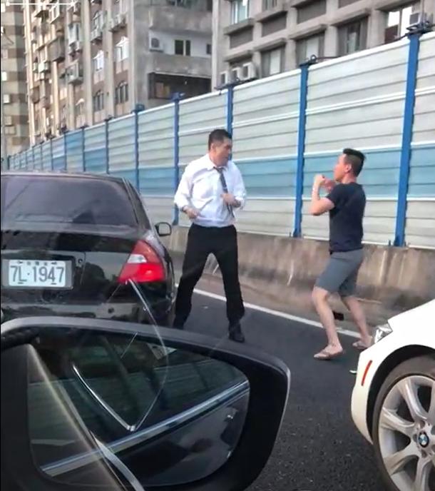 2名駕駛打得火熱,竟還擺出拳擊架式。(翻攝畫面)