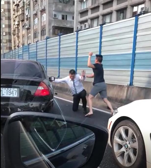 黑車駕駛遭白車駕駛飽以老拳。(翻攝畫面)