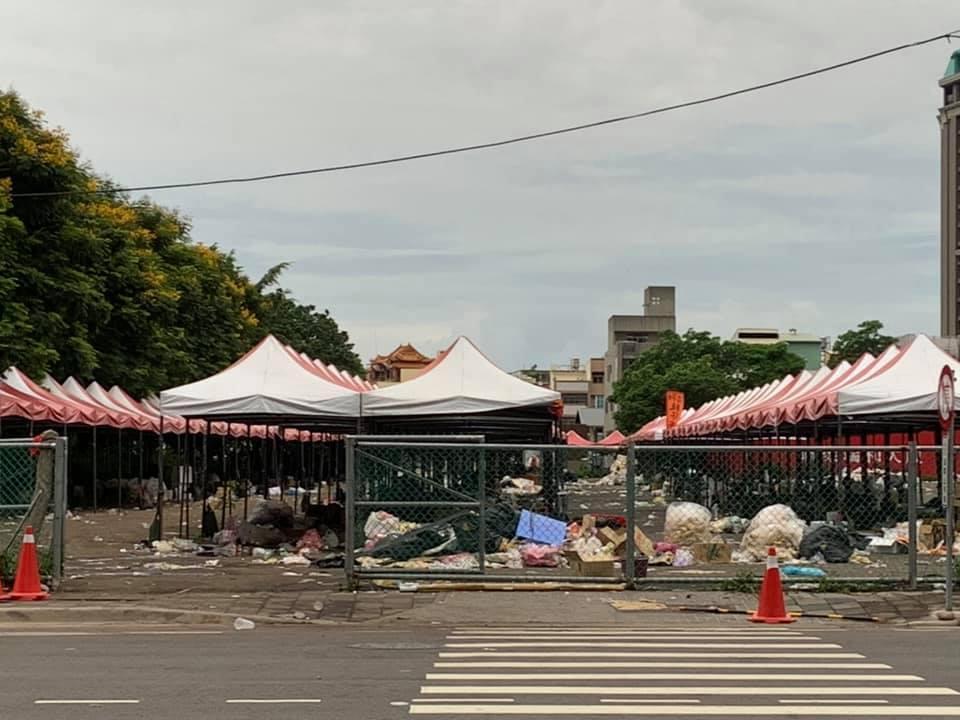 有網友貼出韓國瑜22日台中造勢大會後,隔日留下一堆垃圾的「災難照」作為對比。(翻攝自Ptt)