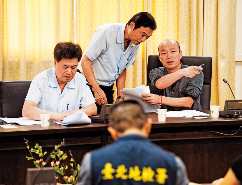 韓國瑜在北農總經理任內發放獎金及犒賞親信出國的公款,都來自公司超額盈餘,北檢追查韓恐涉及背信罪。(中央社)