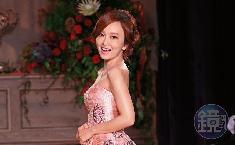 舉辦婚禮前,愛紗曾幸福穿著婚紗,並出席知名品牌的服裝發表會。