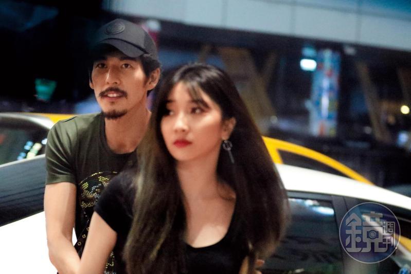 6/8 23:50,郭鑫輕摟著新歡奶妹進便利商店採買,兩人有說有笑,郭鑫的手一直黏在女友身上。
