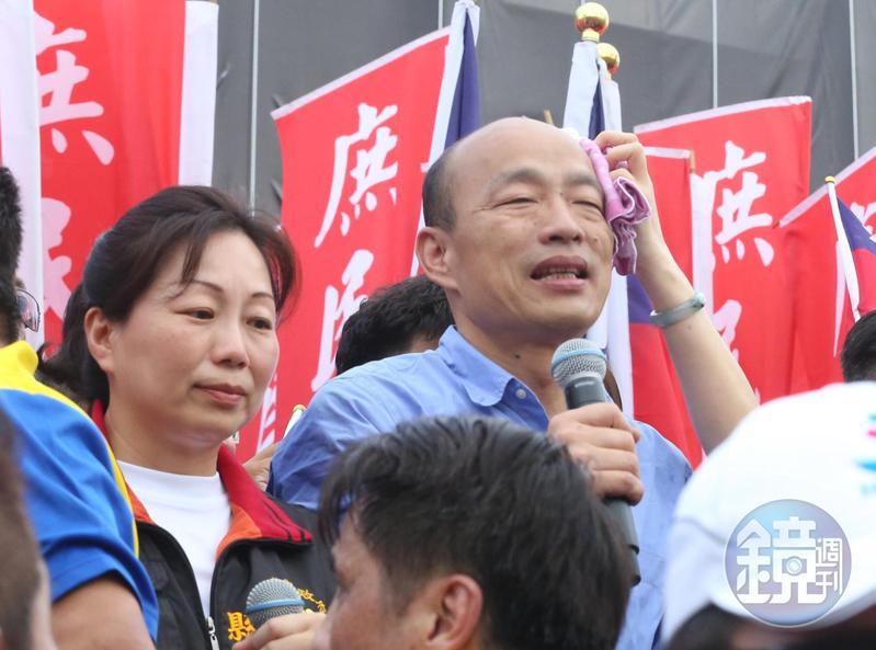 高雄市長韓國瑜近日和模範生和畢業生合影,學生紛紛出奇招,表達自己的看法。