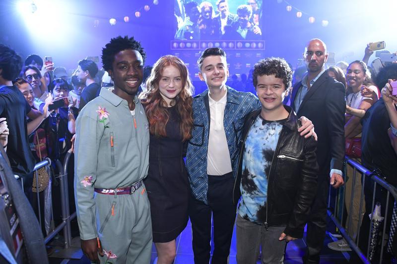 飾演盧卡斯的迦勒麥羅林(左起)、飾演麥克絲的莎蒂辛克、飾演威爾的諾亞施納普、飾演達斯汀的蓋登馬塔拉佐,四位《怪奇物語3》演員前往日本舉辦怪奇物語夏日祭。(Netflix提供)