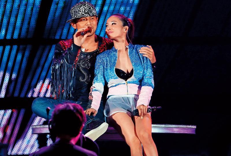 周杰倫(左)擔任2011年蔡依林演唱會嘉賓,雙J多年後合體,令粉絲們相當驚喜。(東方IC)