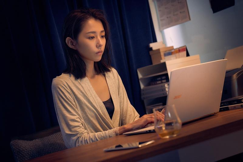 邵雨薇在《緝魔》中飾演法醫,由於角色有喝酒習慣,她也跟著天天喝點酒體驗角色感受,到最後都自覺喝太多了。(華映提供)