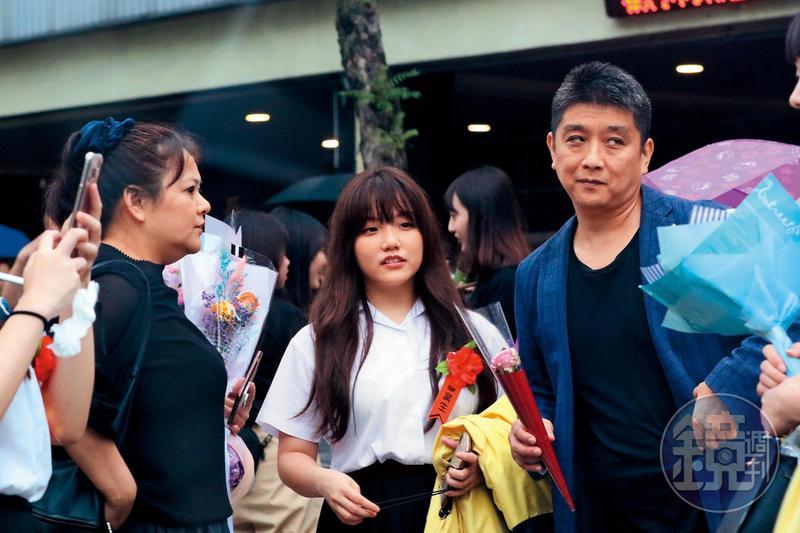 喇吻之前,安那(中)爸媽現身她的畢業典禮。安那是中日混血,父親(右)是日本人,沒戴口罩的她,看來有些膨皮。