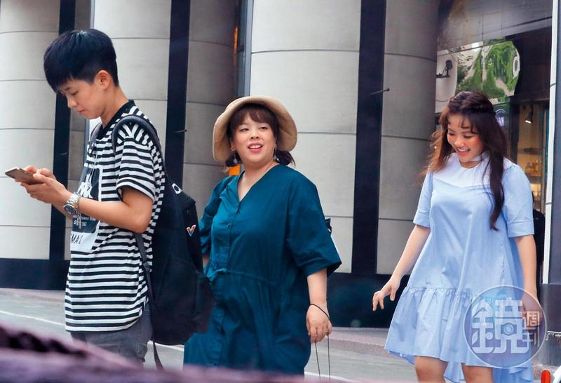 前陣子安那(右)出席活動,一身沒束腰的洋裝,讓她看來有分量。