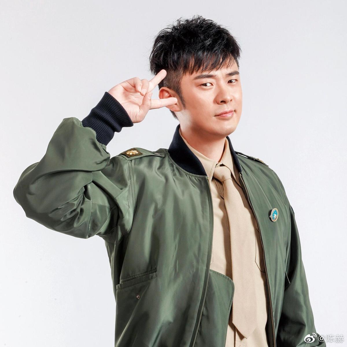 陳赫出道後被曝光陳凱歌是他表叔,而且遭疑是「靠叔」才進娛樂圈,但他表示到高中時才知兩人有親戚關係。(翻攝陳赫微博)