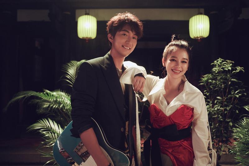 許書豪推出新歌〈但願人長久〉,邀來徐若瑄助陣。(上行娛樂提供)