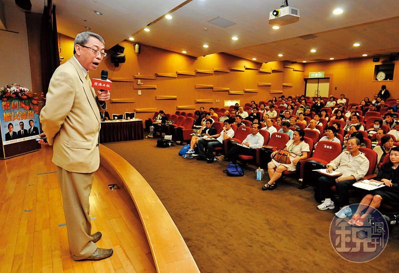 朱成志(左)身兼股市名嘴、證券分析師、財經書暢銷作家及媒體人等多重身分,縱橫股市超過30年,誤觸地雷買進台通恐慘賠。 (聯合知識庫)