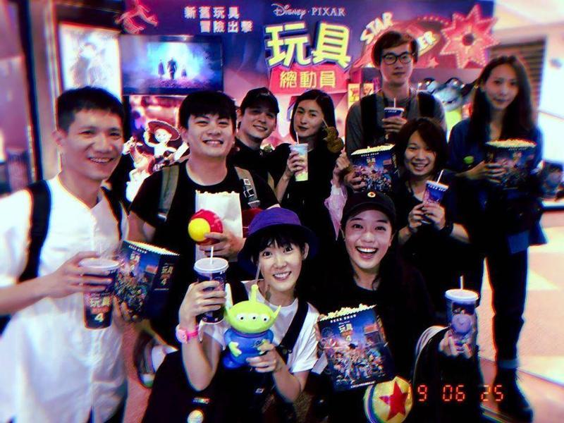 管罄在臉書曬出和倪安東看電影《玩具總動員4》的合照,2人首度公開恩愛放閃。(翻攝自管罄臉書)