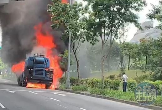 南京東路六段今中午發生火燒車意外,疑為福成工程用車。(讀者提供)