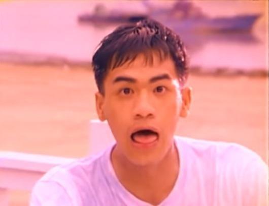 張震嶽19歲時推出第一張專輯《就是喜歡你》,走偶像路線,外型及歌聲都很青澀。(翻攝自YouTube)