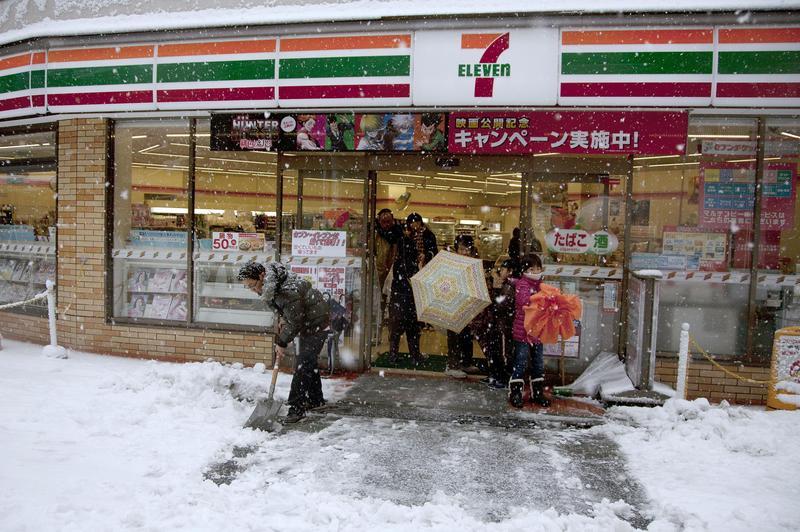 日本的7-11跟上環保潮,將飯糰的外包裝改為植物塑膠。(東方IC)