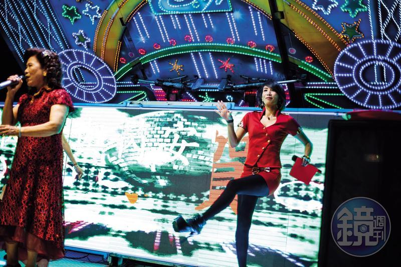 晚會主持不只是要說話熱場、帶氣氛,歌手或賓客上台表演時,劉凱君(右)還會兼和聲、伴舞。