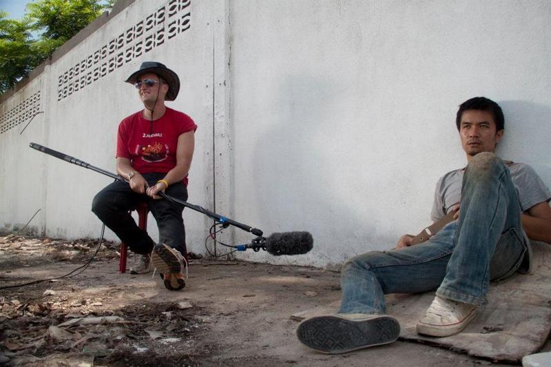 寮國電影經過幾十年斷層,專業演員少之又少,Anysay Keola找自己的朋友演出《地平線際》男主角(右),之前他完全沒有演戲經驗。(翻攝臉書)