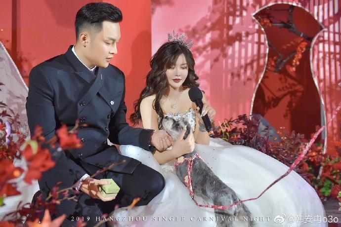 中國網紅直播主韓安冉16日與老公小豬補辦婚禮,沒想到才過了8天就鬧出離婚。(翻攝自韓安冉微博)
