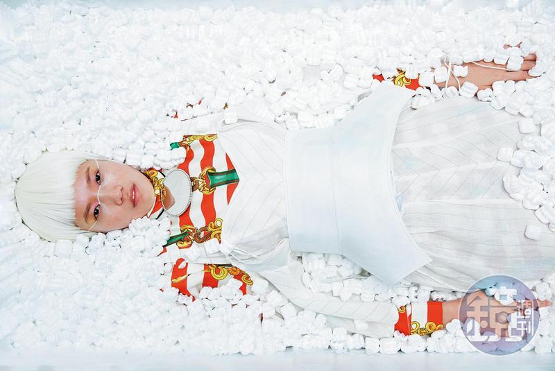 紅白條紋印花洋裝,NT$171,000,by GUCCI;西部鏡面項鍊,NT$27,000;白色條紋洋裝,NT$51,000;白色立體皮革腰封,NT$35,000,All by LOEWE。