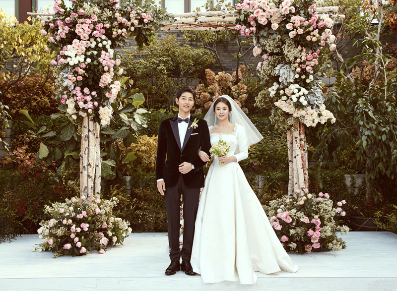 宋仲基(左)與宋慧喬的浪漫愛情,過去被視為現代版的童話故事。(翻攝自Naver)