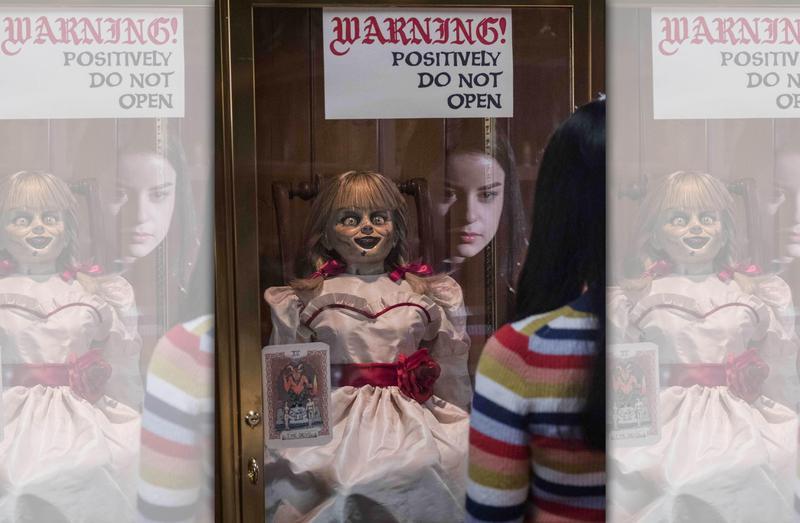 安娜貝爾喚醒靈異博物館中所有惡靈,而它們全將目標放在華倫夫婦的10歲幼女茱蒂。(華納兄弟)