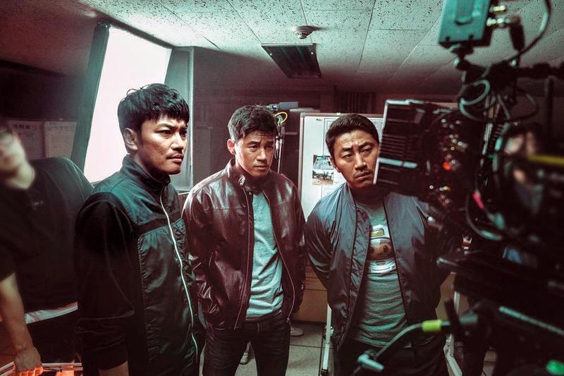 金武烈(中)在《極惡對決》詮釋遊走於善惡邊緣的偏執刑警,為逮捕犯人不擇手段。(翻攝自Naver)