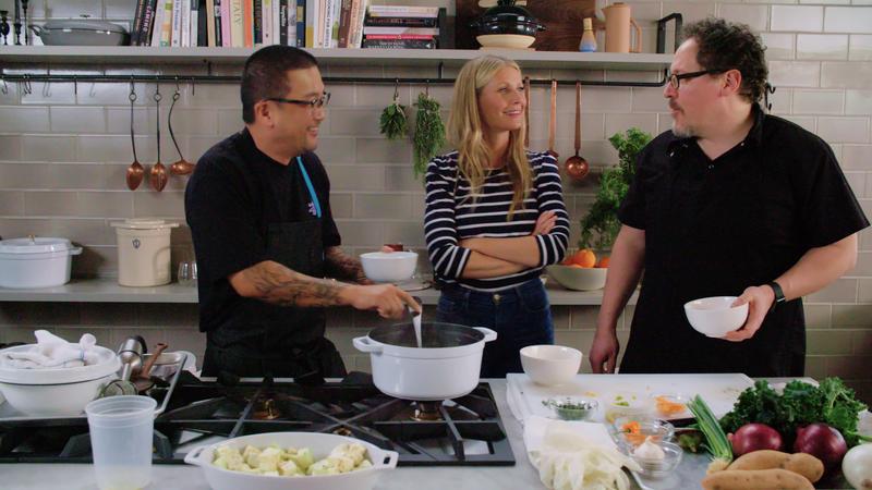 葛妮斯派特洛(中)在《名人主廚齊做菜》,說其實不知道自己拍了《蜘蛛人:返校日》,成為這節目最有意思的賣點。(Netflix提供)
