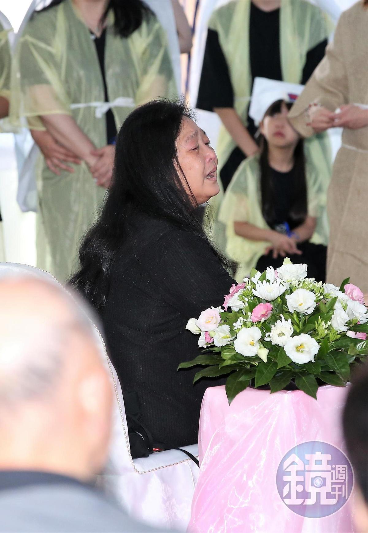 馬如龍遺孀沛小嵐現場不斷啜泣。