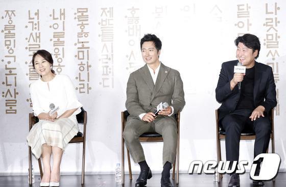 全美善4天前出席電影《國家語言》記者會,被宋康昊(右)稱讚是很溫暖的個性。(網路圖片)