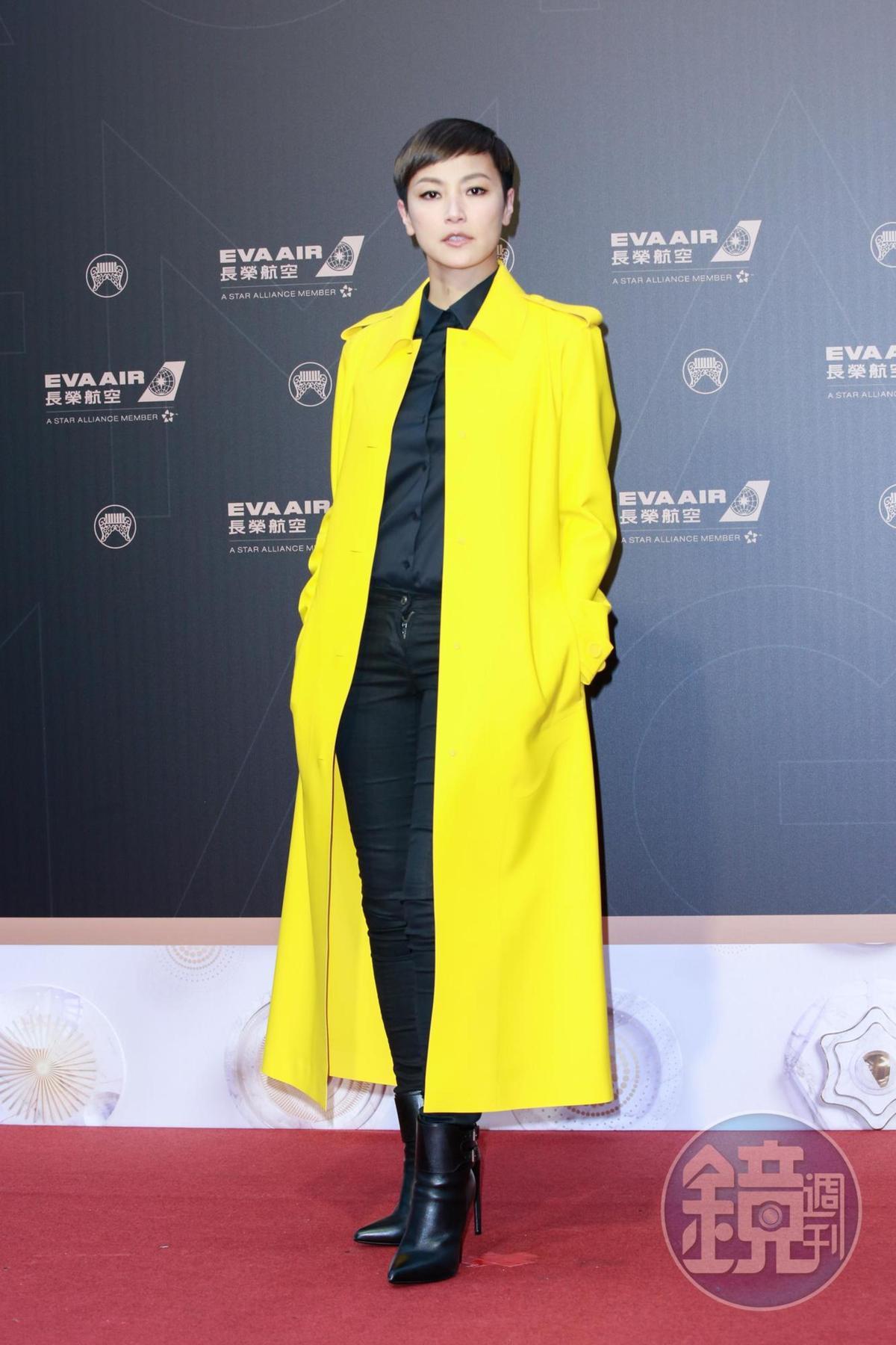 何韻詩穿黃色大衣搭配黑色內裝,個性又帥氣。