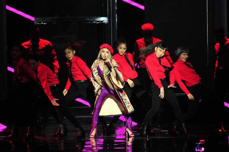 蔡依林身穿一襲紫色亮片連身褲,在金曲獎頒獎典禮表演中壓軸演出。(台視提供)