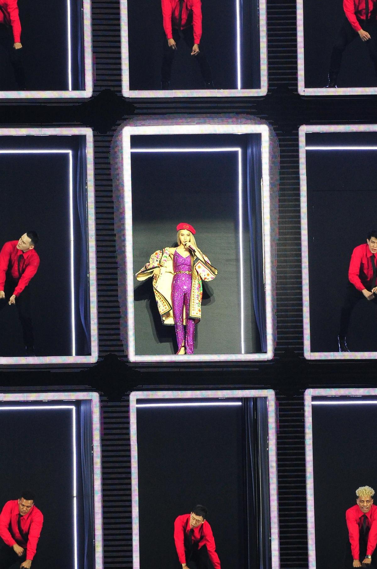 蔡依林與32名舞者站上格子狀舞台,搭配LED動態投影,演唱新歌〈怪美的〉。(台視提供)