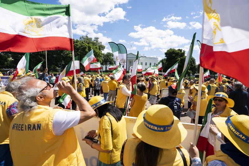 川普宣布禁止各國從伊朗進口石油後,伊朗民眾到美國大使館抗議。(東方IC)