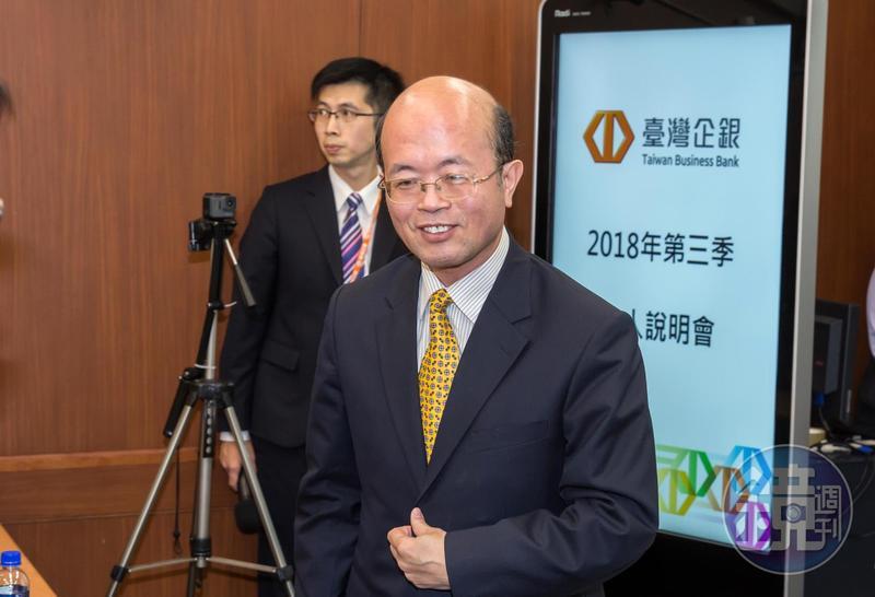 台企銀和潤寅從2002年就開始往來,2006年以後借貸金額逐漸擴大,目前與潤寅往來金額多達12億元,圖中面對鏡頭者為台企銀董事長黃博怡。