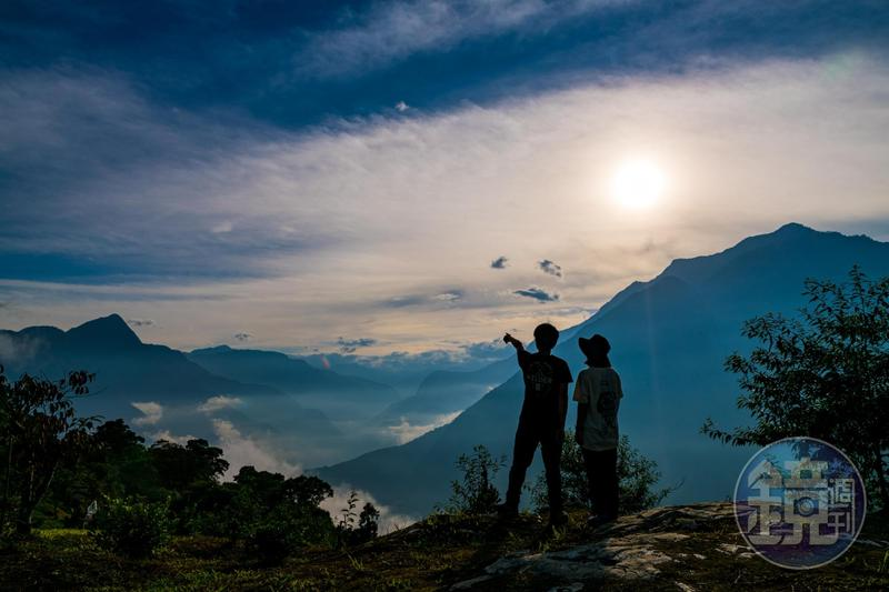 前方就是落日夕陽,山巒疊起,一幅人間仙境的美畫。