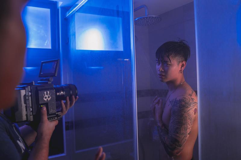 高爾宣脫掉上衣,穿了一件短褲上場,在眾目睽睽下演洗澡劇情。(陶山音樂提供)