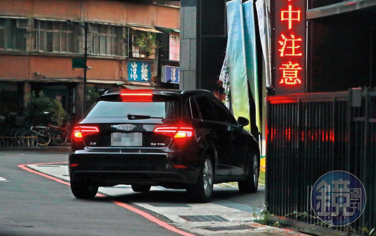 6/26 17:30 在基隆老家待了3個小時後,謝忻開著奧迪返回北市南京東路住宅。