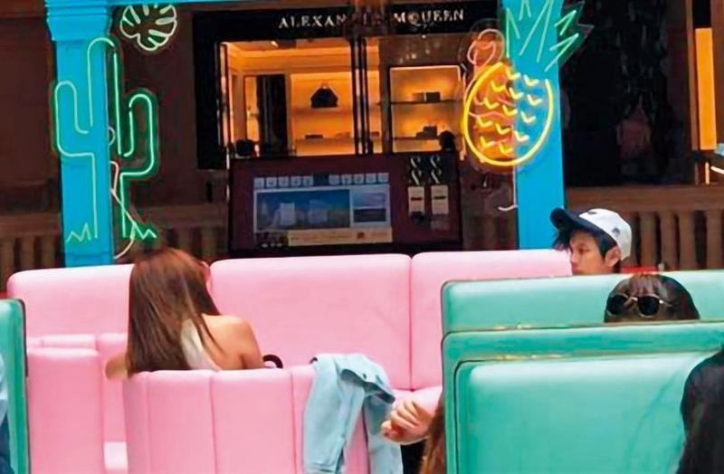 翔忻激吻後,阿翔夫妻修護感情的新聞常曝光,日前有讀者爆料,阿翔(右)跟Grace(左)在澳門機場互動如冰,只有工作人員在後方拍照時才假裝按摩。(翻攝自爆料公社)
