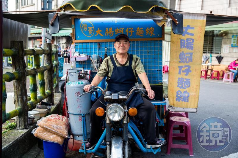「信哥大腸蚵仔麵線」的老闆謝武信,會騎著自己改造的攤車,在中、永和3個地方打游擊式營業。