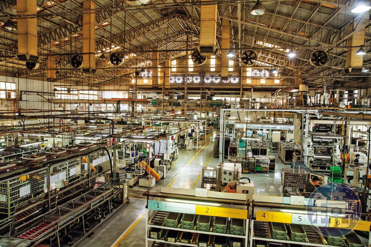 全拓工業的廠房乾淨明亮,沒有傳產常見的髒黑悶熱。