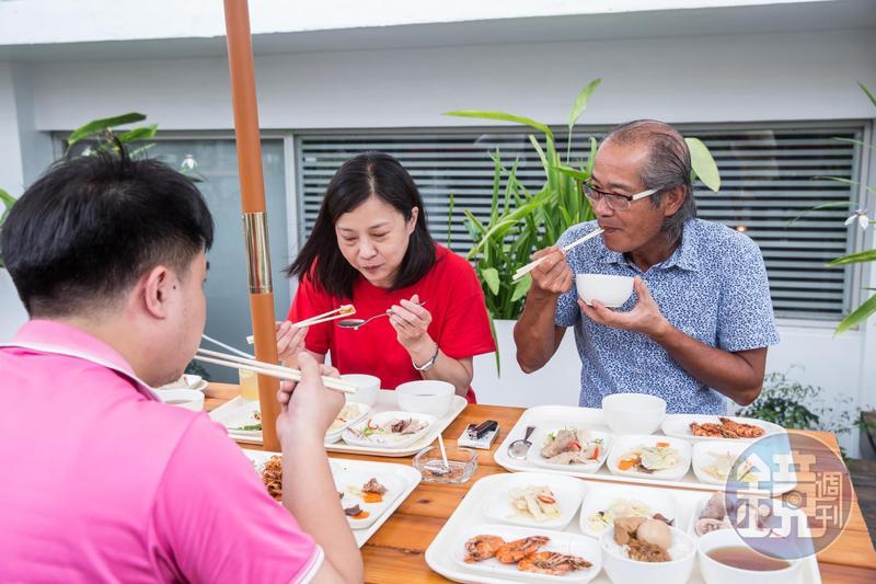 每天中午與員工一起用餐說笑,吳崇讓(右)完全沒有董事長架子。