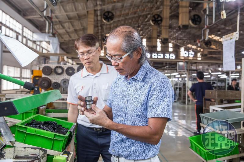 60歲的董事長吳崇讓(右1)說自己還不能退休,要努力讓員工平均薪資達8萬元。