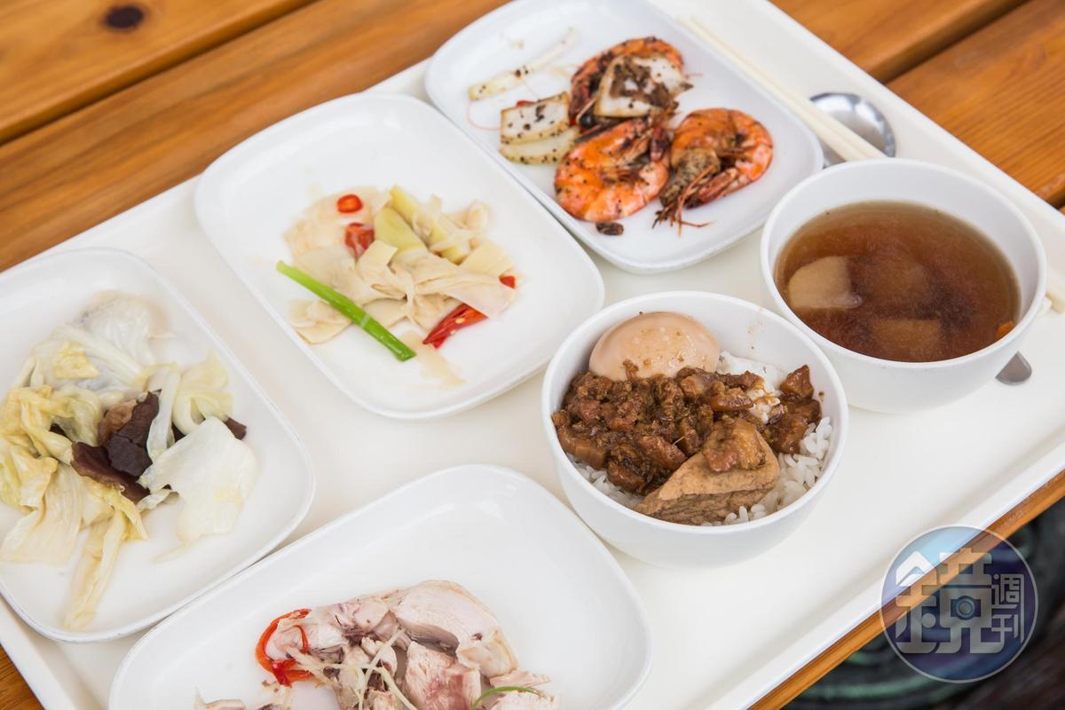 全拓工業的午餐有蝦子、雞肉等5、6種菜色,餐點價值約120元。