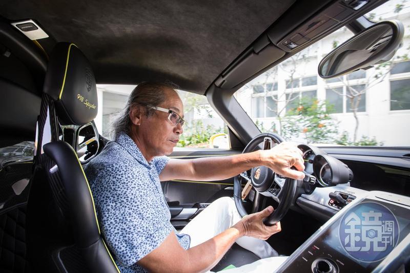公司賺錢後,吳崇讓幾乎每年買1台跑車,且跑車內油封皆為全拓工業生產。