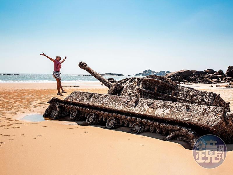 沿著順天洋樓騎機車往海邊去,再走約10至20分鐘就能找到遺落在沙灘的老坦克。