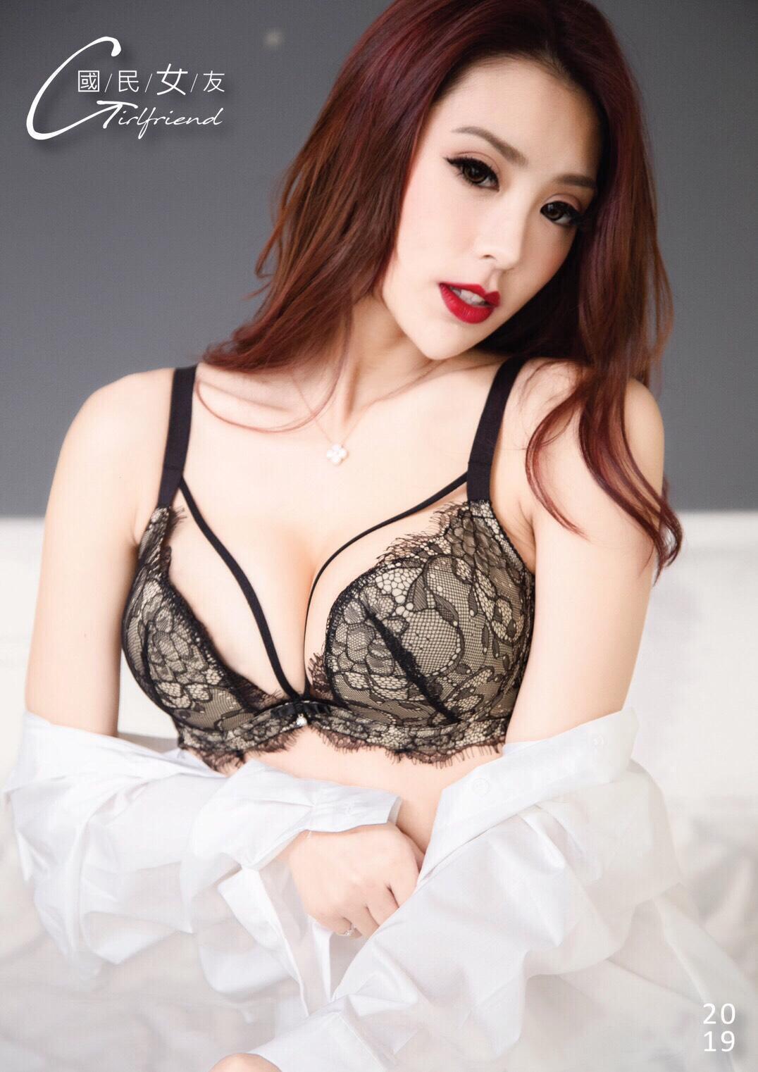 曼達在書中穿上性感內衣與比基尼,大曬渾圓D奶,性感尺度讓粉絲臉紅心跳。(天禾傳媒娛樂提供)
