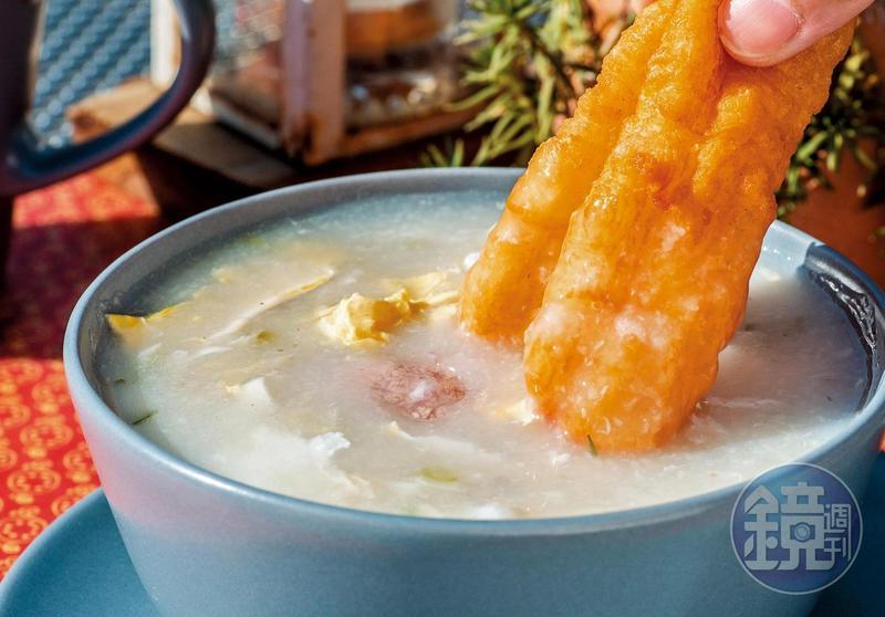 煮成糜狀的「廣東粥」,配上油條更對味。(60元/碗)
